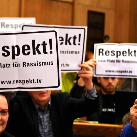 Stadtverordnete der SPD-Fraktion im Römer in Frankfurt halten Schilder hoch mit der Aufschrift Respekt! Kein Platz für Rassismus