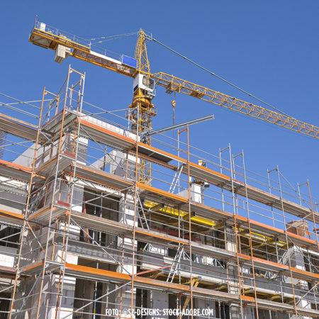 Kranich und Baugerüste an einem neu gebauten Haus