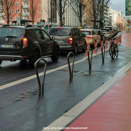neu rot markierter Fahrradweg auf der Kurt-Schumacher-Straße in Frankfurt am Main
