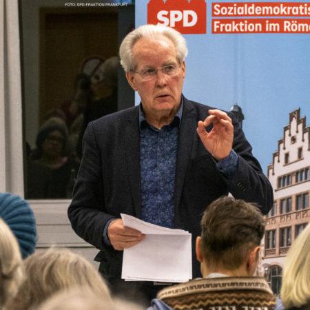 Sieghard Pawlik antwortet auf Fragen zum Thema bezahlbaren Wohnraum bei einer Veranstaltung der SPD-Fraktion im Römer in Frankfurt.