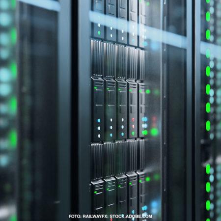 riesige Server mit grünen Lichtern in den Rechenzentren