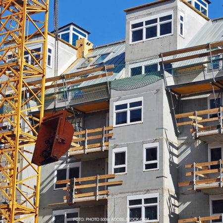 Frontansicht eines Mehrfamilienhauses im Bauzustand