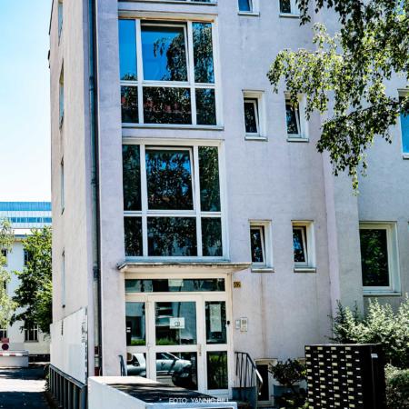 Zu sehen ist das alte Gebäude der Akademie der Arbeit in Frankfurt, das an Wohngruppen und Genossenschaften vergeben werden soll, die dann dort Wohnungen einrichten werden.