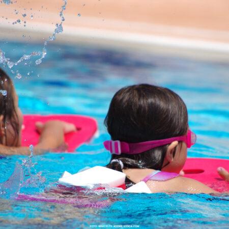 Zwei Schwimmanfängerinnen im Schwimmbecken