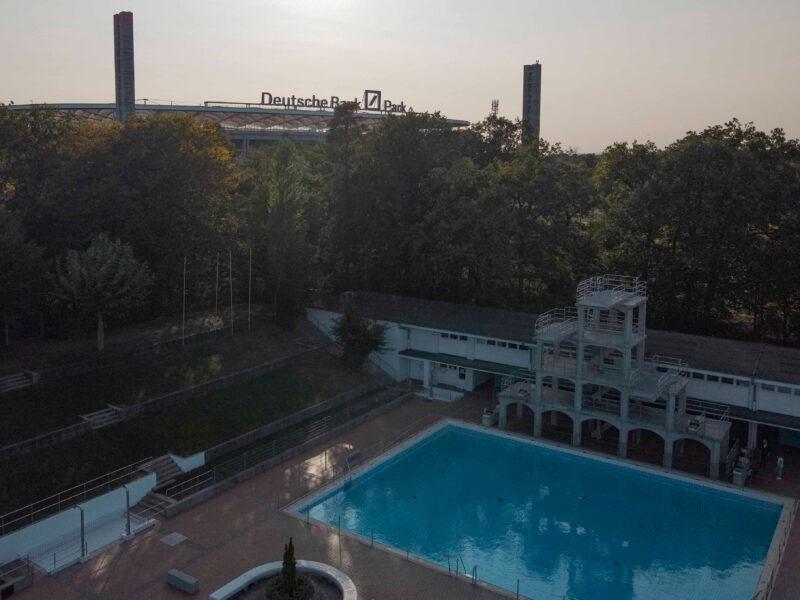 Stadionbad, Blick auf Deutsche Bank Park