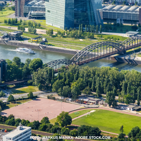 Sportanlagen Mainwasen mit EZB im Hintergrund