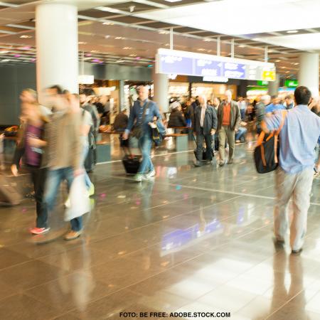 Viele Passagiere in Eile am Frankfurter Flughafen