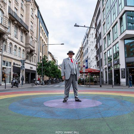 Thomas Bäppler-Wolf steht auf dem Regenbogen-Kreisel in Frankfurt